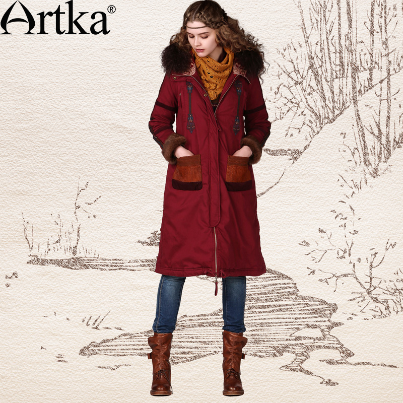 Длинное пальто с воротником, отделанным мехом, и накладными карманами